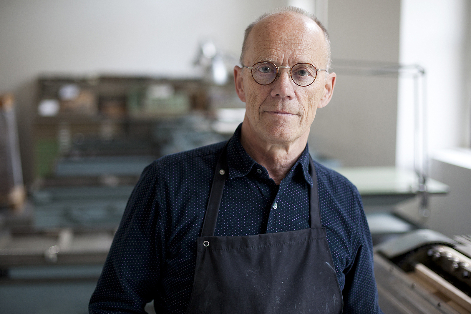 Erik Spiekermann in the printshop. Photo by Max Zerrahn.